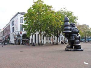 santa claus paul mccarthy kabouter buttplug statue eendrachtsplein street art rotterdam